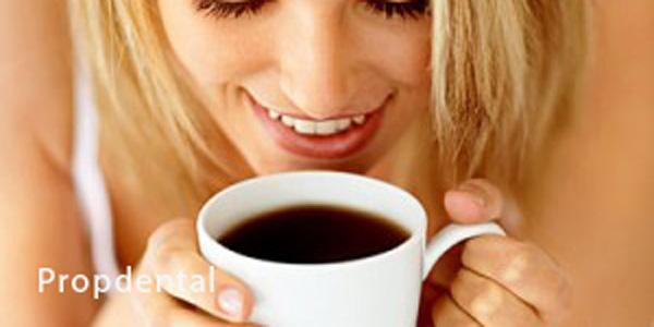 café y dientes blancos