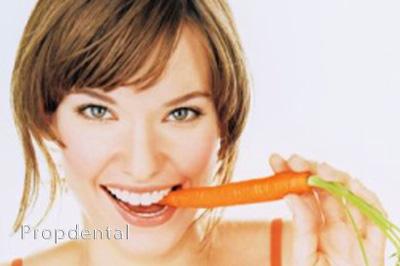blanqueamiento dental comiendo zanahoria