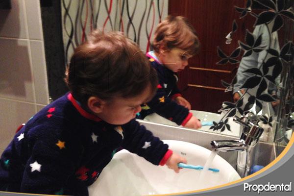 bebe cepillando los dientes