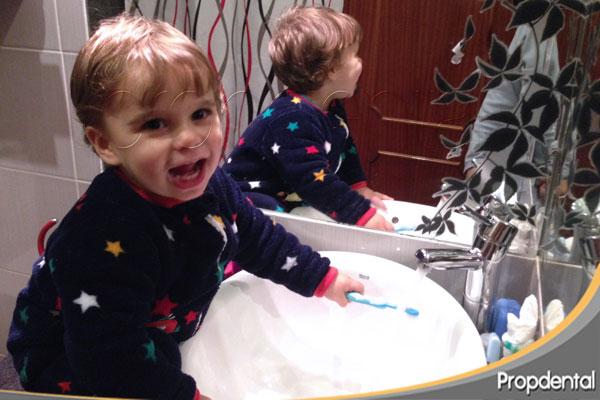 dar flúor dental a los niños