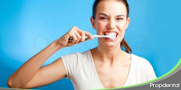 cepillarse los dientes con mucha fuerza