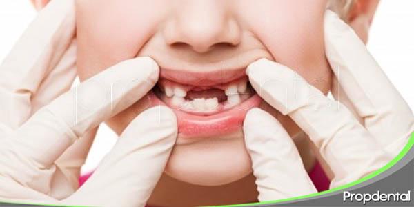 a qué edad se cambian los dientes de leche por los permanentes