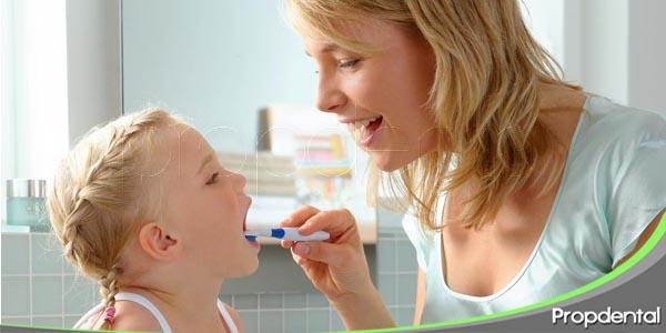 como limpiar los dientes a un menor