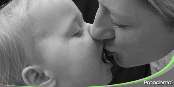 tu saliva puede transmitir la caries a tus hijos