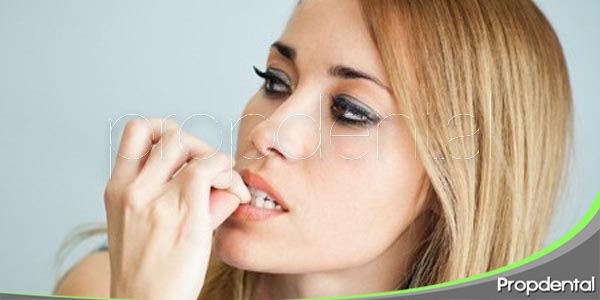 morderse las uñas puede dañar los dientes