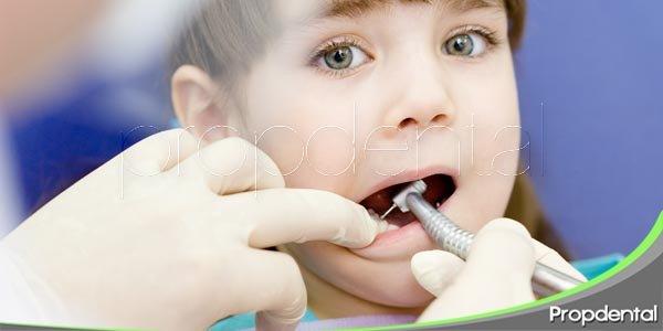el dentista y el paciente pediátrico
