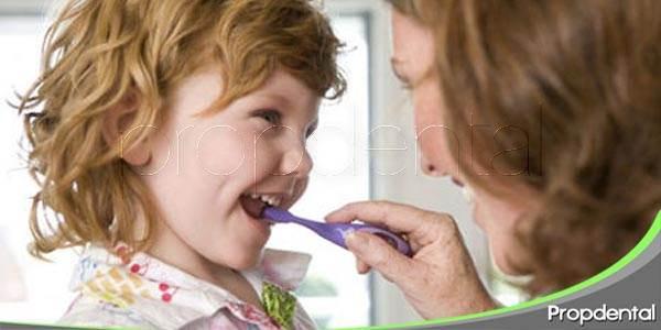 enséñale a tu hijo a cepillarse los dientes
