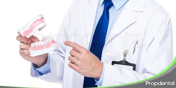 mascar chicle con prótesis, ¿un riesgo?