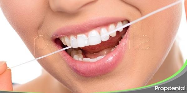 prevenir la halitosis con el hilo dental