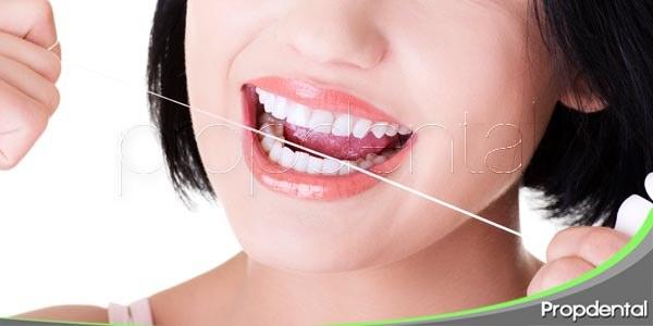 cómo usar el hilo dental: paso a paso