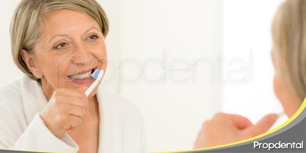 ¿cómo cuidar de los implantes dentales?