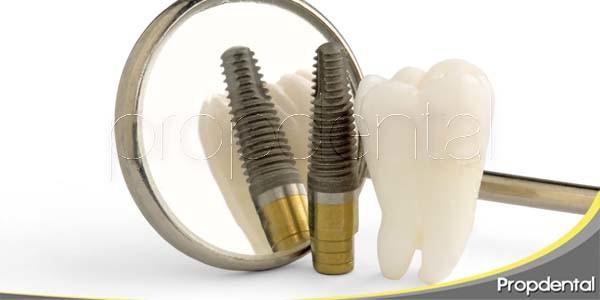 Extracción dental e inserción de implante