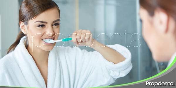 Los españoles se cepillan los dientes dos veces al día