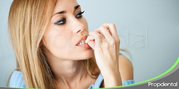 Morderse las uñas: Un hábito peligroso para tus dientes