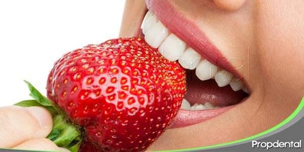 ¿Qué comidas pueden cambiar el color de mis dientes?