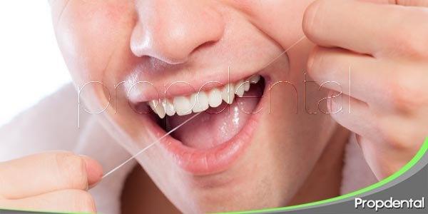 El uso del hilo dental previene la halitosis