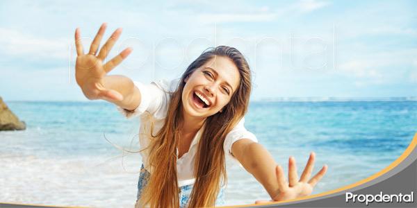 Como-lucir-una-sonrisa-radiante-este-verano