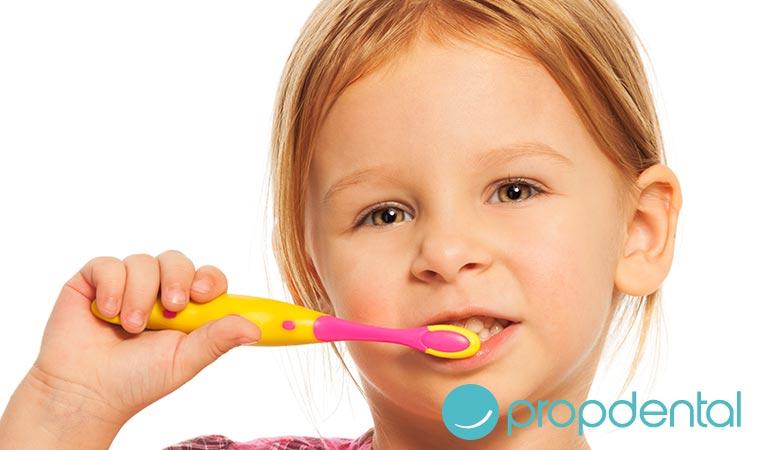 ayudar los niños la higiene dental diaria