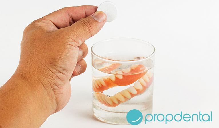 rutina de higiene bucodental con dentadura postiza