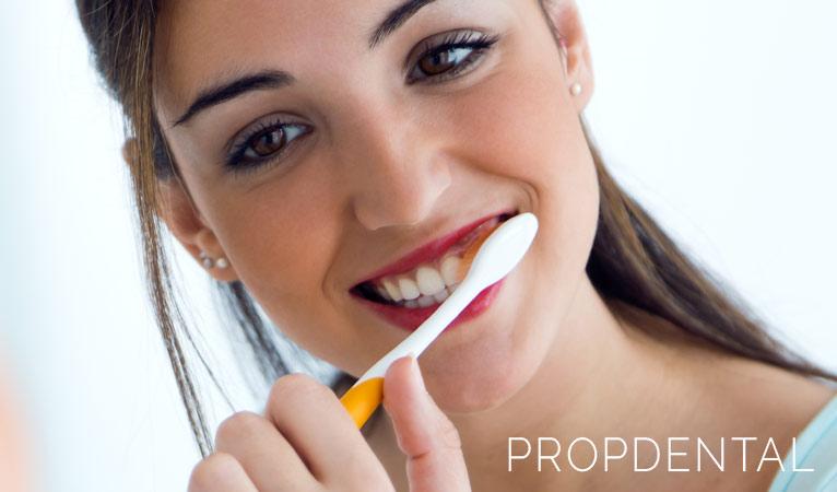 ¿Qué ocurre si nos cepillamos los dientes de forma demasiado agresiva?